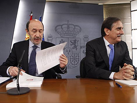 Rubalcaba, junto al ministro de Trabajo, en la rueda de prensa. | Óscar Monzón