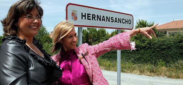 La nueva alcaldesa, Ángeles Bartolomé, con Rosa Díez a la entrada del pueblo. | Ricardo Muñoz