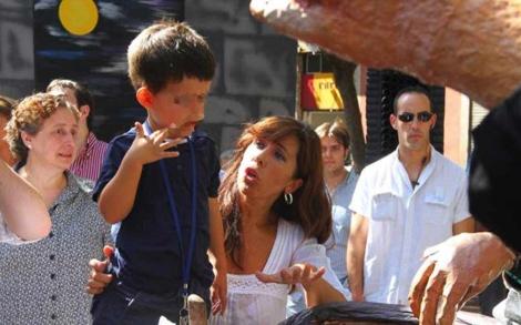 La 'popular' con su hijo en las fiestas de Gràcia. | Christian Maury