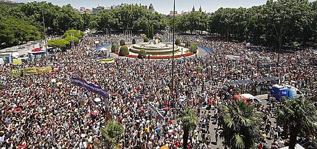 Miles de personas, unas 35.000 según la Policía, en la plaza de Neptuno de Madrid. | Efe MÁS FOTOS