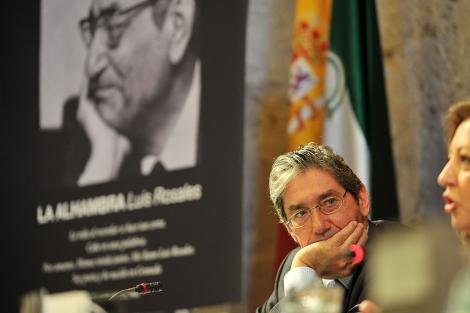 El hijo de Luis Rosales, con un gesto similar, en la presentación del libro. | Jesús G. Hinchado