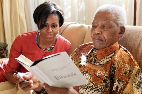 Michelle Obama junto a Nelson Mandela, en Johannesburgo. | Reuters