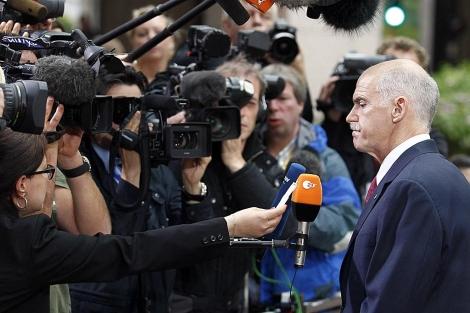 El primer ministro griego Yorgos Papandréu atiende a los medios a su llegada a la cumbre de jefes de estado de la UE que se celebra en Bruselas   Bruno Fahy