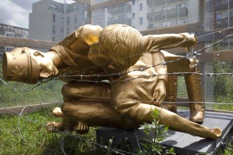 La estatua, rota por las piernas. | AP