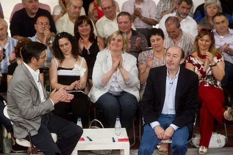 Patxi López aplaude a Rubalcaba en el acto con militantes socialistas en Bilbao. | Iñaki Andrés