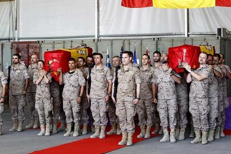 Acto de despedida de los militares españoles fallecidos el domingo en Qala-e-Naw. | Efe | Javier Lizón