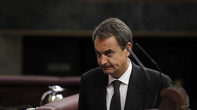 Zapatero se dirige a la tribuna del Congreso. | J. Aymá