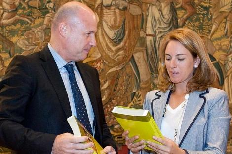 El Ararteko, Íñigo Lamarca, con la presidenta del Parlamento Vasco, Arantza Quiroga. | Efe