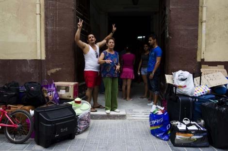 Los cubanos expulsados en la puerta del centro de acogida. | Efe