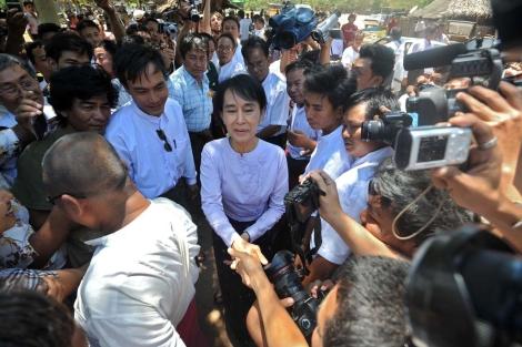 Suu Kyi se reúne con sus seguidores en Bagan, Birmania.   Afp