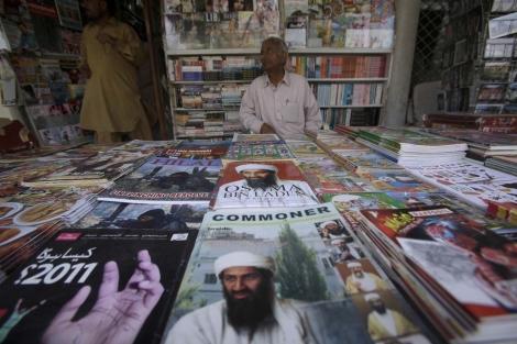 Varias revistas de Osama Bin Laden en una librería cercana a Islamabad, Pakistán.   AP