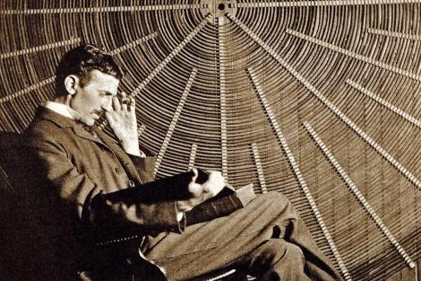 Imagen de Tesla que posa junto a uno de sus artilugios eléctricos.| UPM