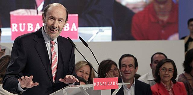 Rubalcaba, ya como candidato oficial del PSOE, en su primer discurso. | Efe/Sergio Barrenechea