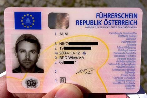 Permiso de conducir con la foto de Niko Alm y su colador en la cabeza. | blog.alm.at