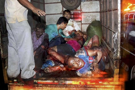 Varios heridos en el bazar Zaveri son trasladados al hospital.| Ap