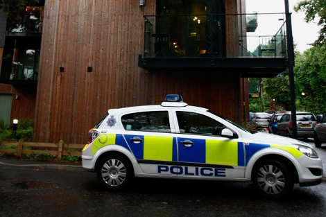Un coche de Policía, ante la casa del periodista. | AP