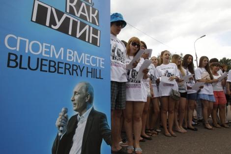 Varias mujeres cantan 'Blueberry hill' frente a la Casa Blanca rusa. | S. Karpukhin