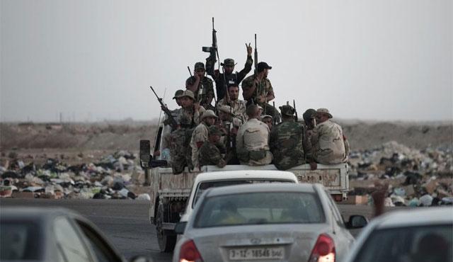 Un grupo de rebeldes libios avanza de camino a la estratégica localidad de Brega. | Afp