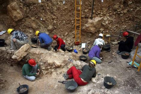 Varias personas trabajan en la Sima del Elefante, en Atapuerca. | Ical