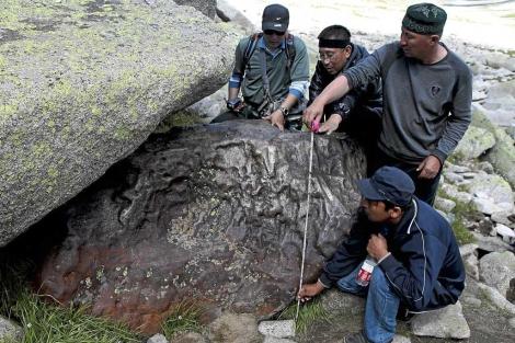 Zhang Baolin y sus colaboradores miden las dimensiones del meteorito.| Xinhua