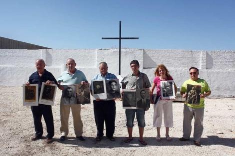 Familiares de algunos de los fusilados en el cementerio de La Puebla de Cazalla. | Jesús Morón