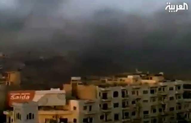 Una cortina de humo negro sobre la ciudad de Hama, atacada por los tanques del ejército sirio. | Efe