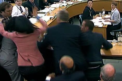 El momento en que May-Bowles trata de agredir a Rupert Murdoch. | Afp