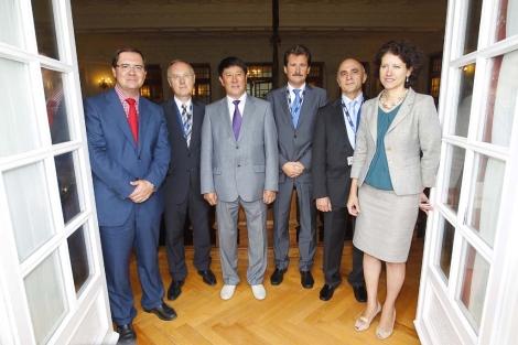 Varios embajadores que han participado en el charla posan en la sede de la UIMP. | D. S. B.