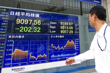 Un empresario japonés mira una pantalla con la información de la Bolsa de Tokio. | Efe
