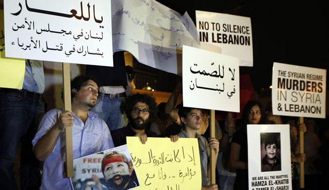 Libaneses con pancartas en las que se acusa al régimen sirio de asesino en Beirut | Efe