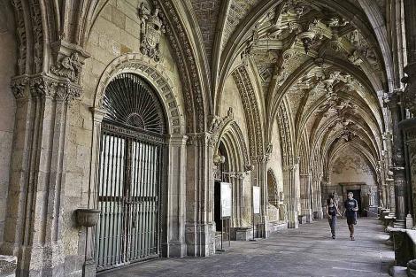 Tras las rejas de la puerta de la izquierda se conde la capilla del Conde de Rebolledo. / J.G.