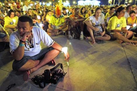 Miles de peregrinos rezan el rosario en la playa de la Malva-rosa. | Efe