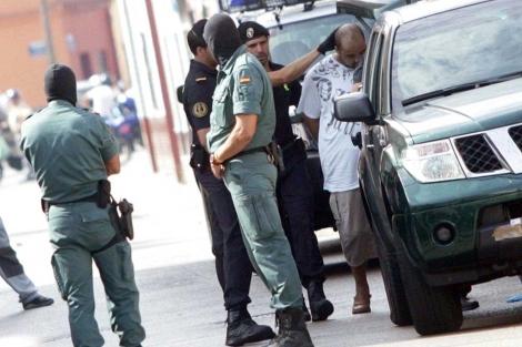 El detenido, entrando en el vehículo policial. | Francisco Ledesma