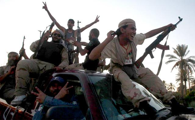 Fuerzas rebeldes celebran la proximidad de Trípoli. | Reuters