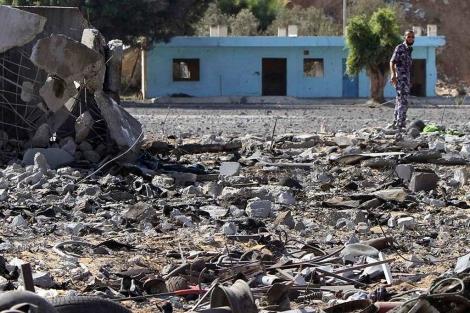 Un miembro de Hamas examina los daños tras un ataque aéreo israelí en la Franja. | Reuters