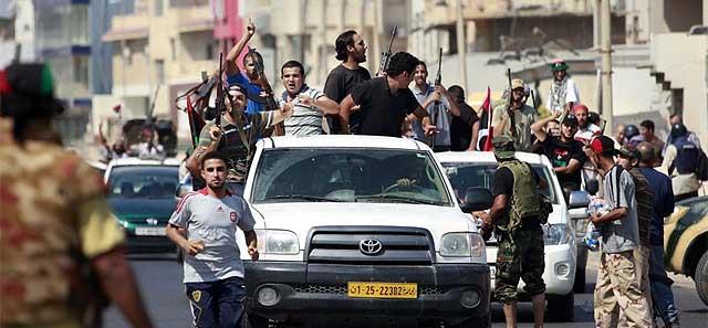 Opositores conducen hacia el centro de Trípoli. | Reuters