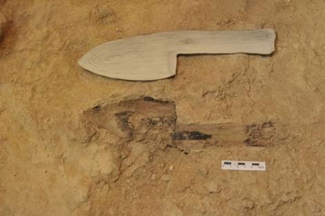 Réplica de la pequeña pala junto a la huella encontrada en Abric Romaní.|IPHES