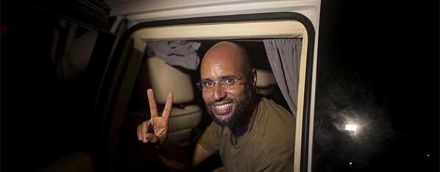 Saif al Islam posa para los periodistas que se alojan en el hotel Rixos de Trípoli.| Ap | VEA MÁS IMÁGENES