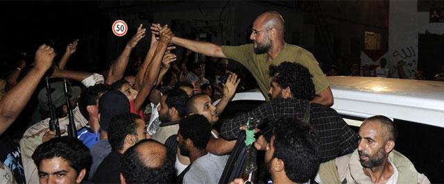 Saif Al-Islam, jaleado por sus seguidores en su reaparición en Trípoli. | Reuters
