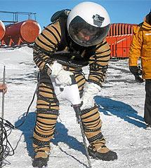 Un astronauta prueba un nuevo traje para viajar a Marte. | EL MUNDO