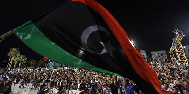 Cientos de personas celebran en la 'Plaza Verde' de Trípoli el avance hacia una nueva era sin Gadafi. | Reuters