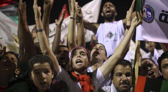 Tripolitanos celebran el fin del régimen de Gadafi en la Plaza Verde De Trípoli. | Ap