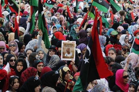 Una manifestación de mujeres exige la entrega de Gadafi en Trípoli. | Reuters