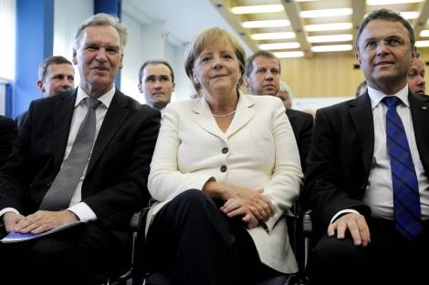 Merkel junto a Joerg Ziercke (i.) y el ministro del Interior alemán Friedrich (d.).   Reuters