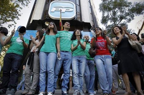 Una decena de profesores de Secundaria protesta frente a la sede del PP.| Di Lolli