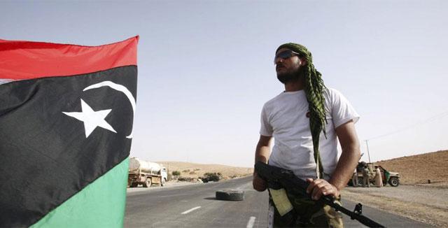 Rebeldes libios en un punto de control en una carretera hacia Bani Walid. | Efe