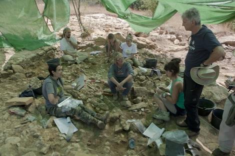 Juan Luis Arsuaga con sus colegas en el yacimiento de Pinilla del Valle. | A. Heredia