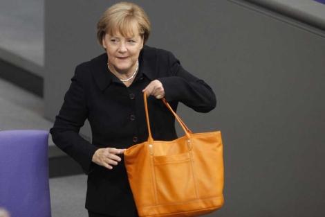 La canciller alemana con su bolso a su llegada al Bundestag. | Reuters