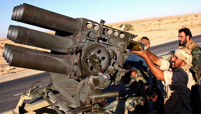 Milicianos del Consejo Nacional de Transición libio cerca del bastión gadafista de Bani Walid. | Afp