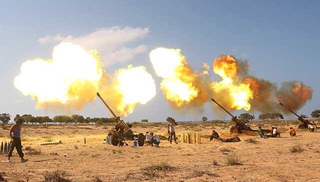 Las tropas rebeldes disparan su artillería al este del bastión gadafista de Sirte. | Reuters